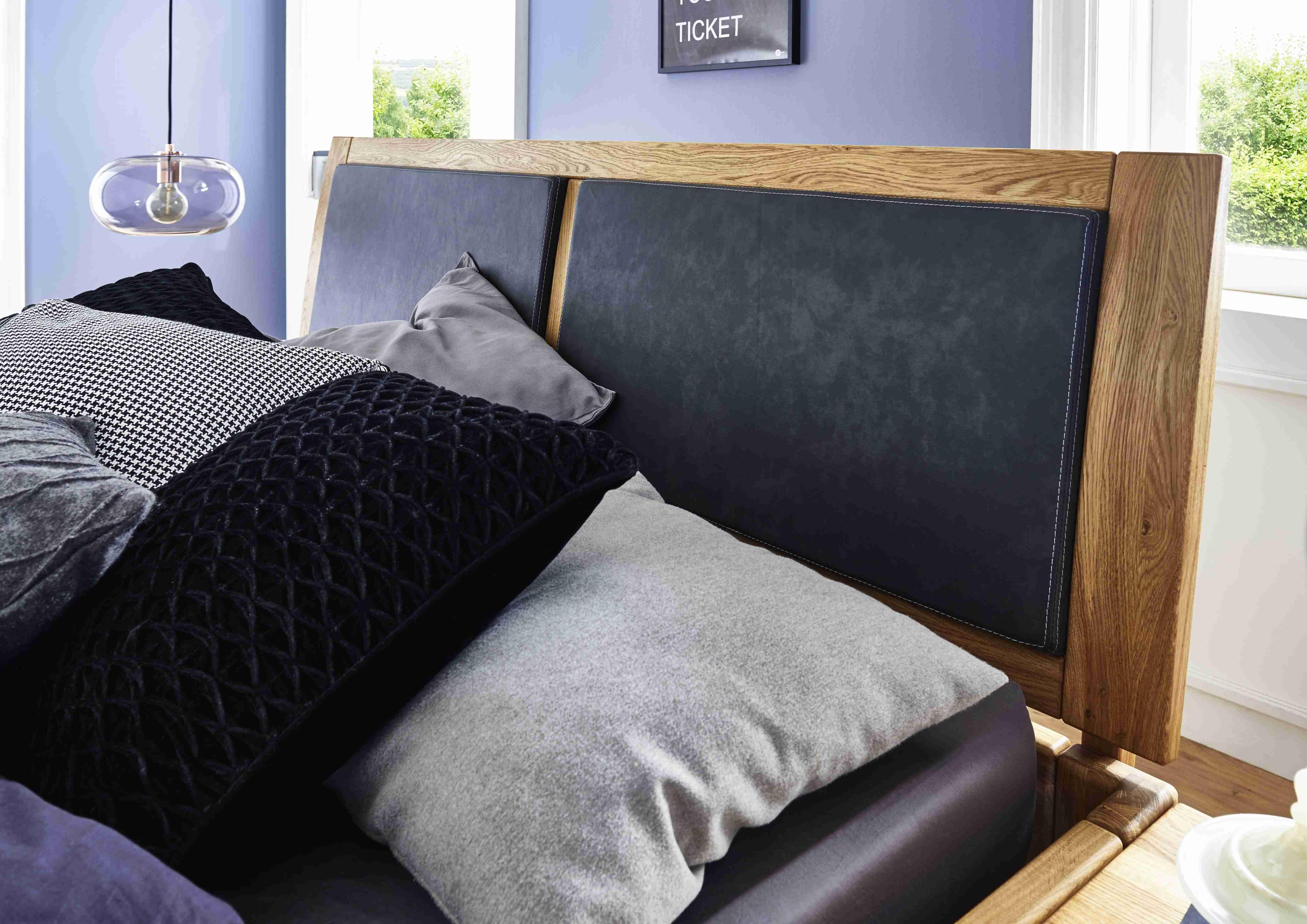 Holzbett mit Holzkopfteil und Leder-Inlay in Wildeiche