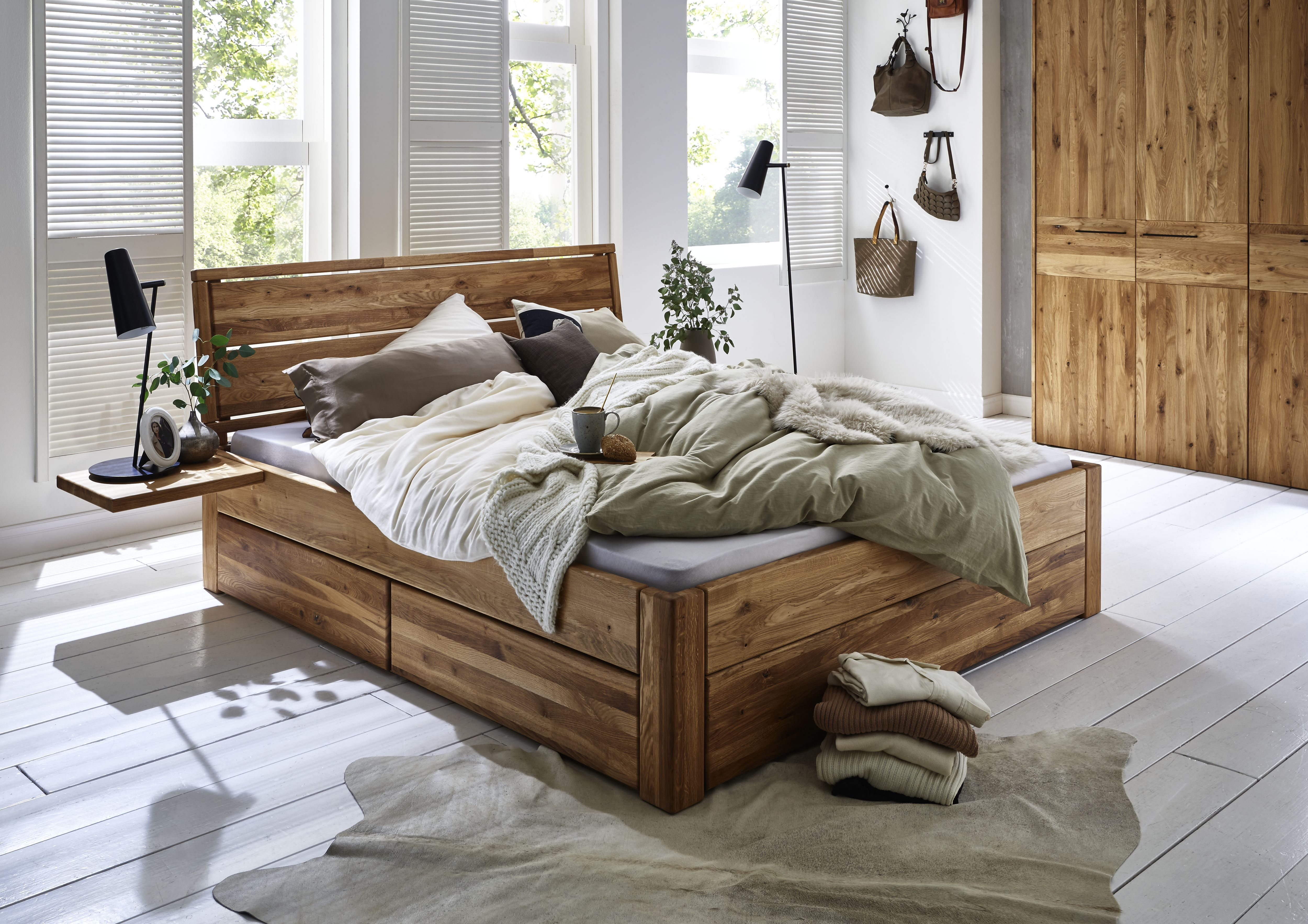 Schubladenbett aus Wildeiche Massivholz