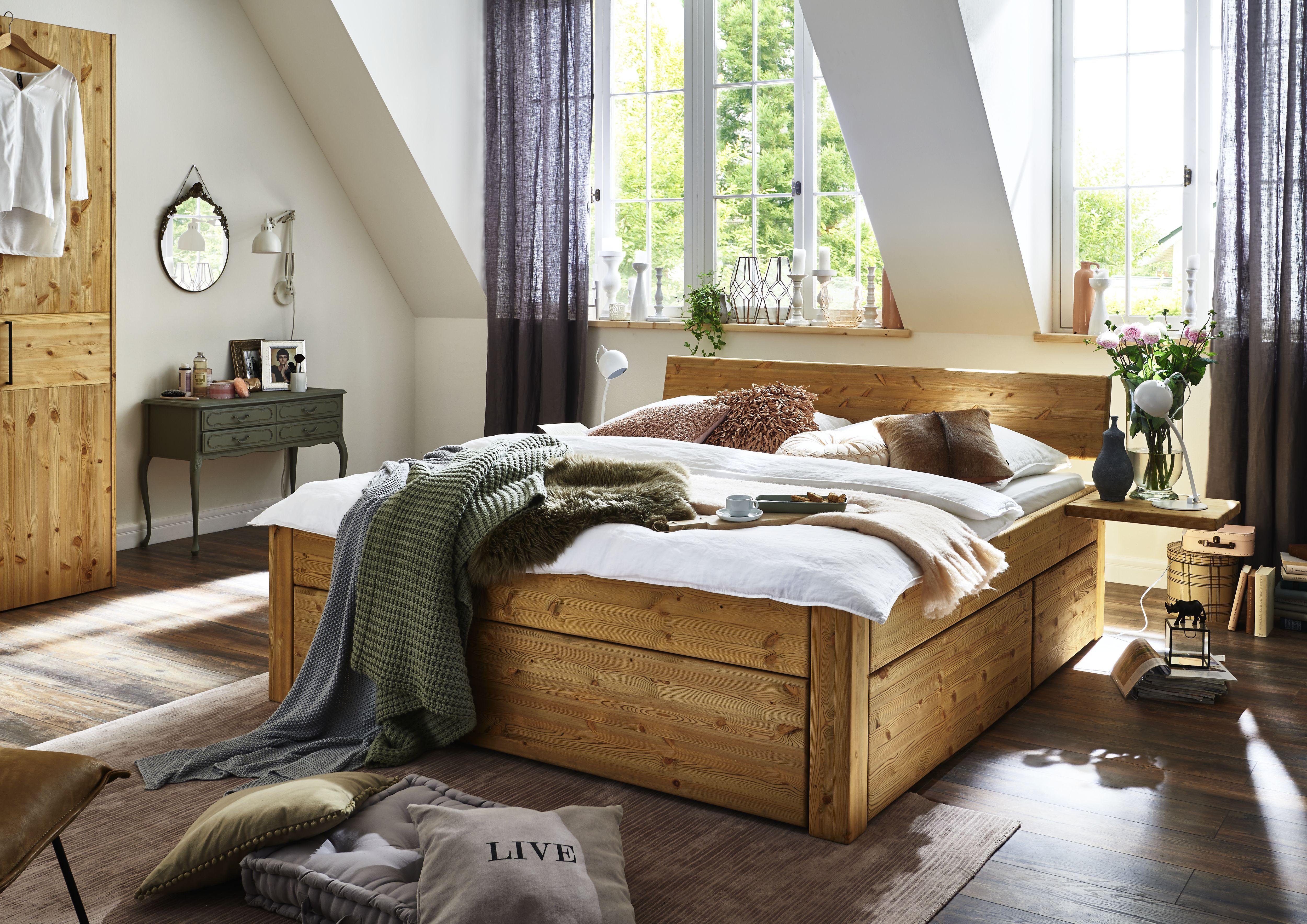 Massives Holzbett mit Schubladen aus Wildeiche