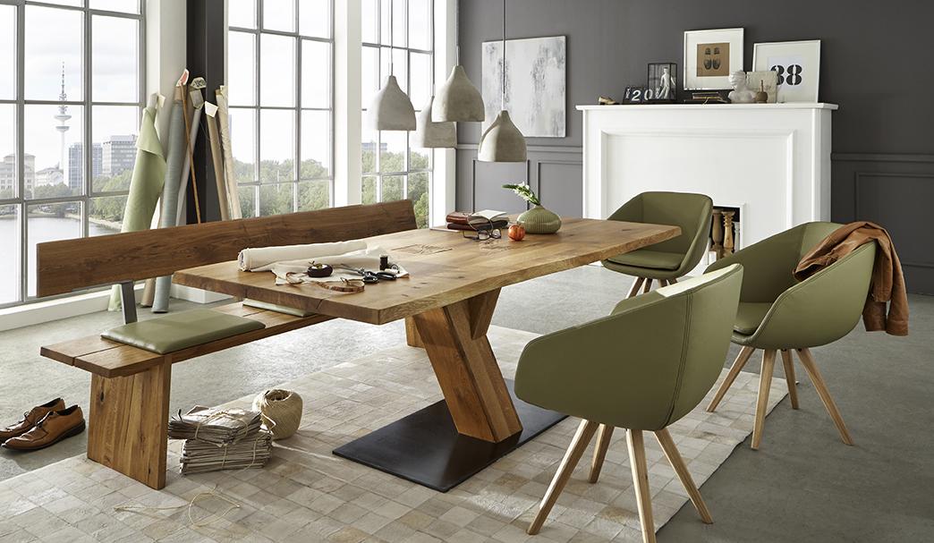 Esszimmer: Säulentisch mit Bodenplatte, Schalenstühlen und Sitzbank