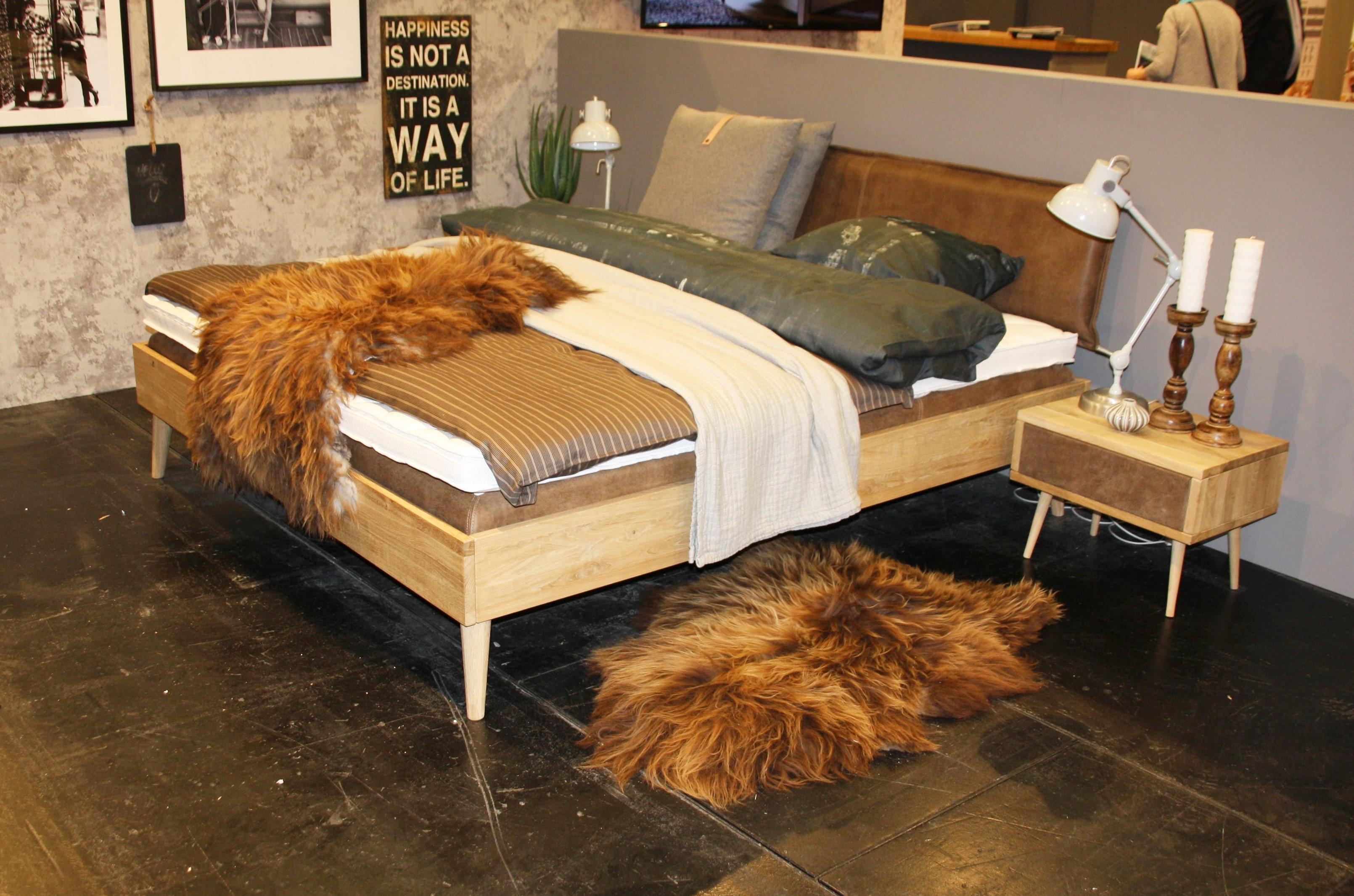 Massivholz Doppelbett mit Lederkopfteil in Wildeiche Bianco