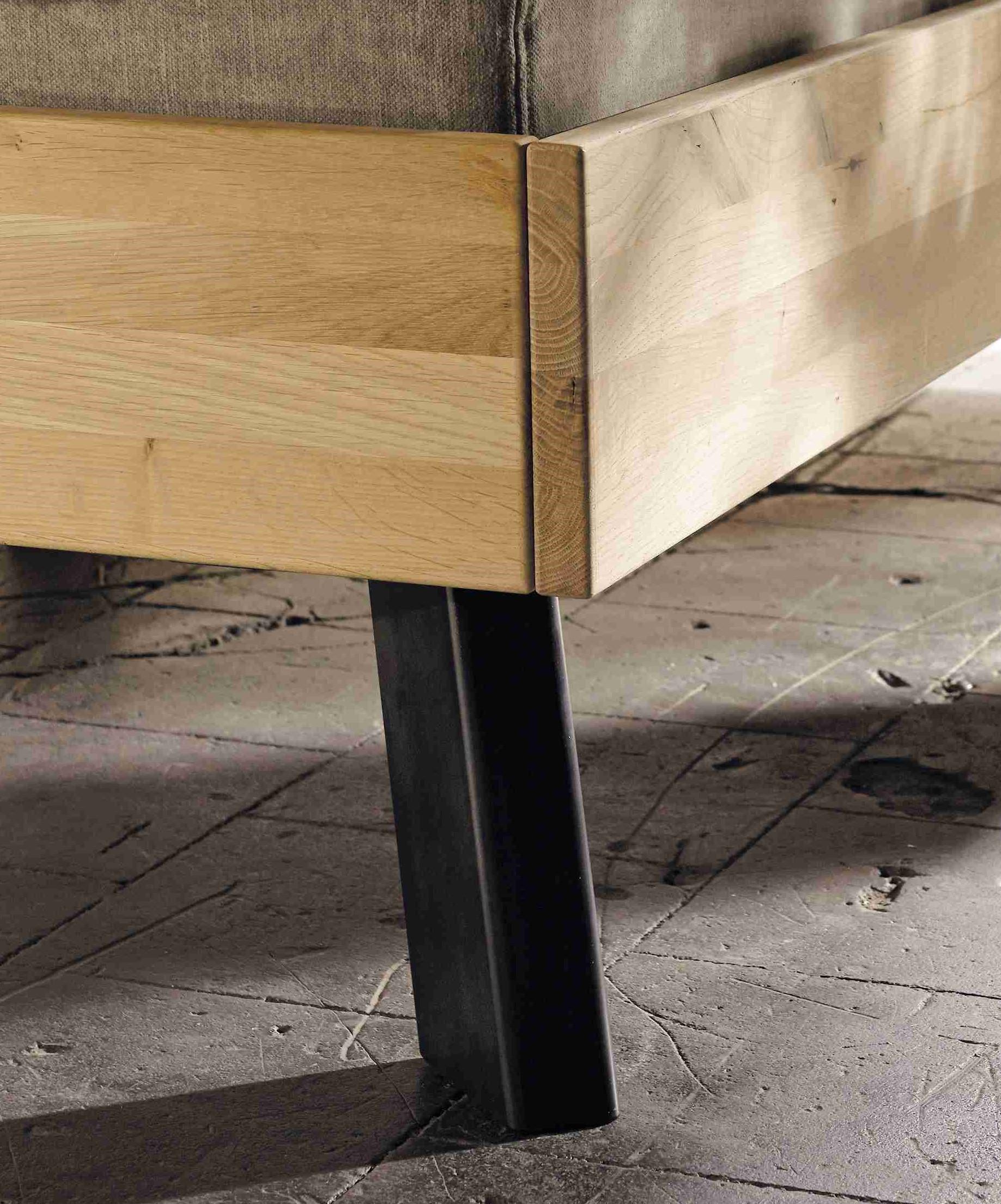 Massivholzbett Bettfüße Stahl eckig schräg